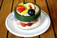 Deserowi smoothies z owoc na białym talerzu Obrazy Stock