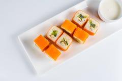Deserowy Mak suszi - rolka z Różnorodną owoc w ryżowego puddingu i koksu płatkach obraz stock