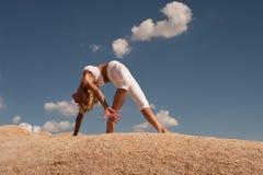 Free Desert Yoga Woman Wheel Pose Royalty Free Stock Image - 147955336