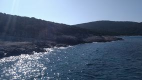 Deserted向海岛的海岸扔石头 库存图片