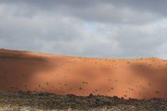 Desertera den vulkaniska ointressanna maximala stenen fördärvar landskap i Lanzarote Arkivbild