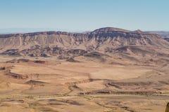 Desertera landskapet, Makhtesh Ramon i den Negev öknen, Israel Royaltyfria Bilder