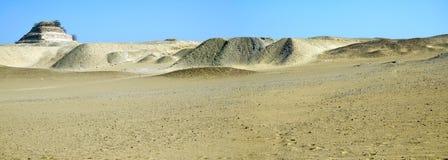 Desertera modellen och pyramiden av Djoser i Saqqara royaltyfria bilder