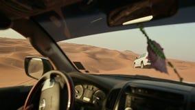 Desertera safari SUVs som slår till och med de arabiska sanddyerna Beskåda från bilen 1 lager videofilmer