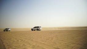 Desertera safari SUVs som slår till och med de arabiska sanddyerna SUV turnerar till och med den arabiska öknen lager videofilmer