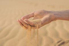 Desertera, sandpappra puffs till och med fingrarna av en hand för man` s arkivbild