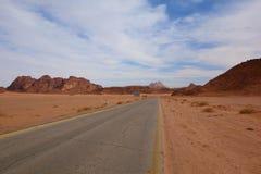 Desertera vägen som leder till jordaniern Wadi Rum, Jordanien, Mellanösten Arkivfoton