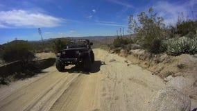 Deserto Califórnia de Anza Borrego - JIPES da estrada de terra 2 vídeos de arquivo
