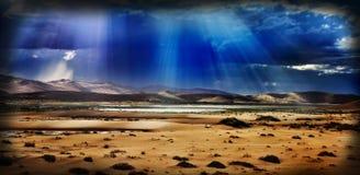 Deserto con il cielo drammatico Fotografia Stock