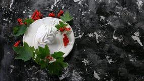 Deserto da merengue com as bagas vermelhas na placa no fundo escuro Vista superior Espaço da cópia gratuita imagens de stock