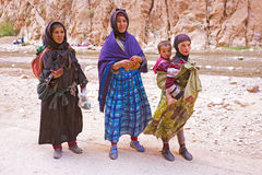 DESERTO DE SAHARA, MARROCOS 20 DE OUTUBRO DE 2013: Mulheres do nômada no Sahar Fotos de Stock Royalty Free