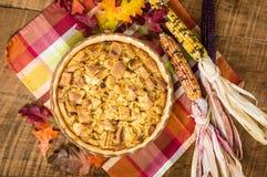 Deserto del budino del pane di uva passa con le decorazioni di caduta fotografia stock libera da diritti