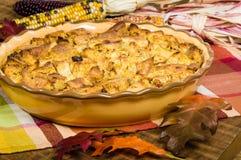 Deserto del budino del pane di uva passa con le decorazioni di caduta immagini stock