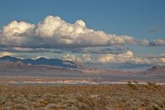 Deserto del Nevada sotto le nubi drammatiche Immagini Stock