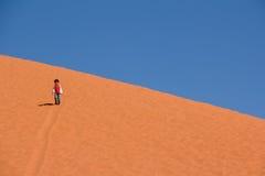 DESERTO DEL RUM DEI WADI, GIORDANIA - 30 APRILE 2016: Bambina sulla duna di sabbia Fotografie Stock Libere da Diritti