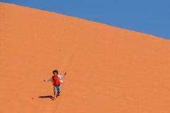 DESERTO DEL RUM DEI WADI, GIORDANIA - 30 APRILE 2016: Bambina sulla duna di sabbia Fotografia Stock