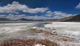 Deserto del sale delle alte montagne con le pozze di acqua blu, estate in Himalaya, cielo blu con le nuvole bianche luminose, pan Fotografia Stock Libera da Diritti