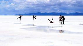 Deserto del sale di Salar de Uyuni Bolivia - posa della gente Fotografia Stock