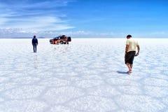 Deserto del sale di Salar de Uyuni Bolivia - uomini ed automobile Immagini Stock Libere da Diritti