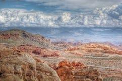 Deserto dell'arenaria rossa e nubi drammatiche Immagini Stock Libere da Diritti