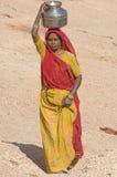 Deserto dell'India, Ragiastan, Thar: Donna che cerca wat Immagini Stock