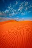 Duna di sabbia rossa con l'ondulazione ed il cielo blu Fotografie Stock Libere da Diritti
