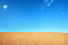 Deserto della sabbia in cielo blu Fotografie Stock