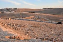 Deserto di Negev in Israele al tramonto Il villaggio di Arar, il cielo e la terra Immagini Stock Libere da Diritti
