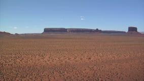 Deserto di rocce rosso con le colline distanti video d archivio