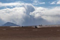Deserto e montanhas com um jipe no Alitplano, Bolívia fotos de stock
