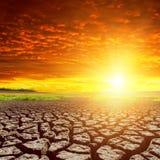 Deserto e por do sol vermelho fotografia de stock
