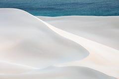Deserto ed oceano della sabbia fotografia stock libera da diritti