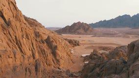 Deserto em Egipto Vista panor?mica do deserto com montanhas e rochas em Egito filme
