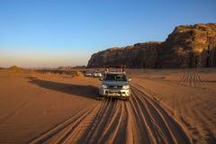 Deserto Jordânia de Wadi Rum, em 17-09-2017 O todo na luz bonita do por do sol, onde beduíno em visitantes da movimentação do tre fotos de stock royalty free