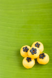Deserto tailandês na folha da banana imagem de stock