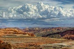 Deserto variopinto e nubi drammatiche Fotografia Stock Libera da Diritti
