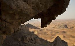 Desertscape a través de la roca Foto de archivo libre de regalías