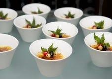 Deseru stół Creme brulee - tradycyjny francuski waniliowy kremowy deser z karmelizującym cukierem na wierzchołku Kremowy brulee z Obraz Royalty Free
