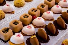 Deseru stół dla przyjęcia Ombre tort, babeczki Cukierku bar Zdjęcia Stock