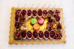 Deseru stół dla przyjęcia Ombre tort, babeczki Cukierku bar Obrazy Stock