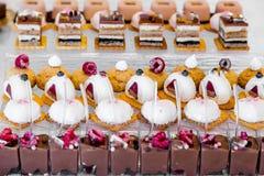 Deseru stół dla przyjęcia Ombre tort, babeczki Cukierku bar Zdjęcia Royalty Free