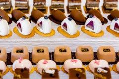 Deseru stół dla przyjęcia Ombre tort, babeczki Cukierku bar Zdjęcie Stock