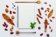 Deseru tło i menu projekt Różnorodne dokrętki pecan, migdał Fotografia Royalty Free
