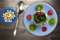 Deseru tort z kiwi i truskawkami na drewnianym tle Obrazy Royalty Free