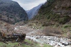 Desfiladeiro da montanha em Ossetia-Alania norte, Rússia Imagem de Stock