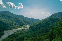 Desfiladeiro da montanha sob o sol do sul abrasador Imagens de Stock Royalty Free