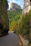Desfiladeiro de Bicaz: estrada curvada e paredes verticais Fotos de Stock Royalty Free