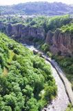 Desfiladeiro do rio de ARPA Vista das montanhas, do rio, da estrada e do céu azul A cidade de Jermuk, Armênia Fotografia de Stock Royalty Free
