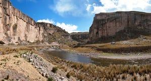 Desfiladeiro do rio de Macusani, departamento de Puno, Peru Imagens de Stock