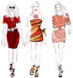 Desfiladero colorido de las mujeres de la moda Fotografía de archivo libre de regalías